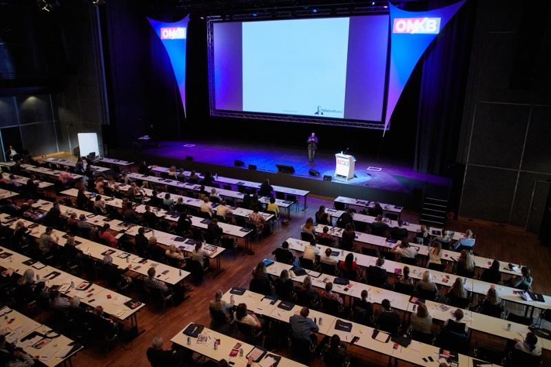 Online Marketing Redner Felix Beilharz auf der Bühne
